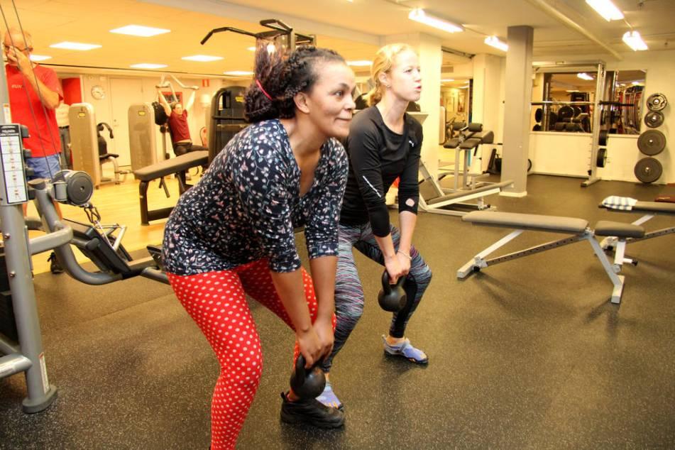 Svettigt. Frewiniy Belay tränar tillsammans med Anna Niregård. Foto: Hege Hellström